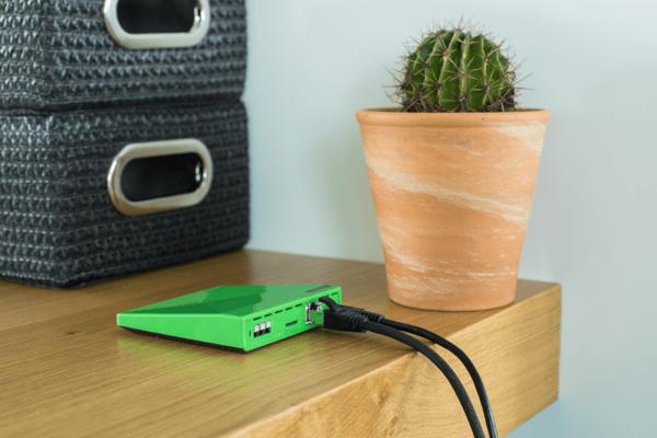 Loxone Miniserver Go klein und kompakt auf dem Schreibtisch platziert und sofort einsatzbereit
